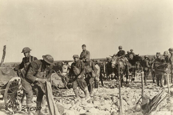 US machine gun company on way to front 1918