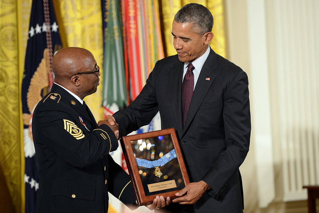 Preisdent Barack Obama presents the Medal of Honor for Henry Johnson for his heroism in World War 1 to representatives from the New York National Guard, 2015